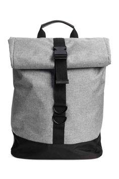 Plecak: Tkaninowy plecak z detalami z imitacji skóry. Zrolowana góra z regulowanym plastikowym zapięciem i zatrzaskami po bokach. Regulowane, watowane paski na ramię. Watowany tył i watowana przegroda na laptop. Z podszewką. Wymiary 15,5x31x41cm.