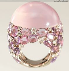 Rose quartz in golden ring by Pomellato Pink Jewelry, Jewelry Box, Jewelry Rings, Jewelry Accessories, Jewelry Design, Jewellery, Pomellato, Bijoux Art Deco, Schmuck Design