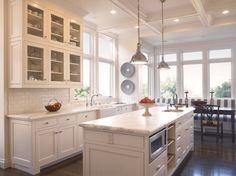 cocinas-blancas-isla-armarios-pared-puertas-cristal.png (760×567)