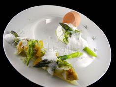 asperges, oeuf poché, lotte laquée au curry, haddock, écume de coco