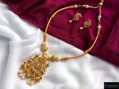 Gold Jewelry Simple, Simple Necklace, Short Necklace, Gold Temple Jewellery, Gold Jewellery Design, Gold Earrings Designs, Gold Designs, Necklace Designs, Indian Jewelry Sets