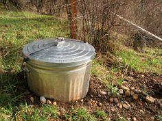 """Ovan ett foto från """"awayhere.wordpress.com"""". Man kan lika gärna använda en plasttunna med lock. Botten tar man helt sonika bort!"""