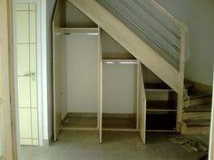 Sous escalier ouvert