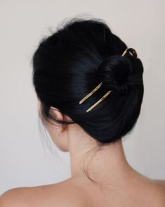 Hair accessories don't always have to make a loud statement. There are plenty of options for the minimalist that are understated while still being able to turn heads. Enter this minimal-cool hair look(Cool Rose Gold Hair) Bob Hair, Hair Dos, Hair Inspo, Hair Inspiration, Writing Inspiration, Cabelo Inspo, Andy Heart, Ring Verlobung, Hair Jewelry