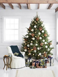 Naturally Elegant - Christmas Tree Decorating Ideas with feathers, spheres, pine cones Elegant Christmas Trees, Merry Little Christmas, Noel Christmas, Rustic Christmas, Beautiful Christmas, Winter Christmas, Natural Christmas Tree, Christmas Tree Pinecones, Best Christmas Tree