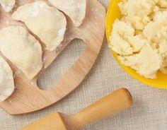 Ciasto na pierogi = Składniki      500 g mąki     125 ml gorącej wody     1 łyżeczka soli  Etapy przygotowania      1      Przesiać mąkę na stolnicę, zrobić dołek, wlać do niego niewielka ilość gorącej wody i wymieszać. Następnie zagniatać dość szybko, dodając stopniowo taką ilość wody, by otrzymać ciasto nie klejące się do rąk i nie za twarde.     2      Podzielić ciasto na cztery części. Trzy części odłożyć, przykryć czystą ściereczką. Pierwszą część ciasta rozwałkować na posypanej mąką… Polish Food, Polish Recipes, How To Cook Dumplings, Camembert Cheese, Dinner, Cooking, Baking Center, Polish Food Recipes, Brewing