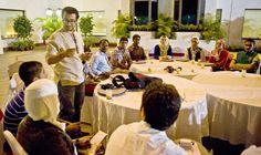 """شباب يطلعون على التجربة الهندية في الاتصالات.  حيدر آباد - واس، 24مارس2012 :   أكد سفير جمهورية الهند لدى المملكة راو علي حميد ، أن فكرة منتدى الشباب السعودي الهندي تهدف إلى تعزيز أواصر الصداقة الدائمة والتفاهم بين شباب البلدين الصديقين وكذلك تبادل الخبرات والمعلومات بينهما .  وقال في تصريح بمناسبة زيارة وفد الشباب السعودي الحالية لجمهورية الهند """" إن هذه الزيارة تأتي برعاية من وزارة الخارجية في المملكة العربية السعودية بالتنسيق مع وزارة الخارجية الهندية في برنامج شبابي في إطار مبادرة.."""