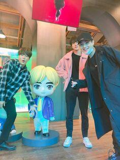 """I can see myself in Jin's position 👀Then Jimin & Yoongi as my photo bomber friends 🤣🤣 This literally happened to me 🤣 Bts Selca, Bts Bangtan Boy, Bts Boys, Bts Jimin, Yoongi Bts, Seokjin, Namjoon, Woozi, Foto Bts"
