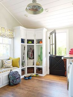 Laundry room and mudroom combined. Mudroom with Dutch door Luxury Interior Design, Home Interior, Apartment Interior, Apartment Living, Corner Storage, Corner Bench, Corner Space, Corner Shelving, Closet Storage