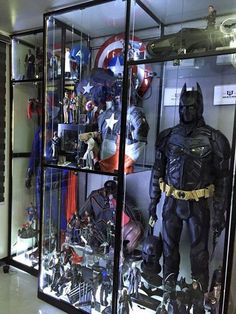 A display case presents the inner-self of the creator. With a look at the display case, you can know the person inside. There are DIY display case ideas. Comic Book Rooms, Comic Room, Geek Cave, Geek Room, Action Figure Display Case, Toy Display, Display Cases, Diy Shadow Box, Ultimate Man Cave