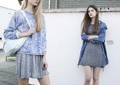 Izq/ Sudadera azul índigo con estampado de flores, falda gris estampado flores. Drch/ Vestido estampado flores, parka estampada con capucha