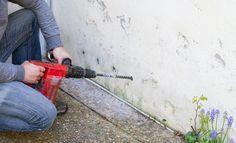 Démonstration d'une méthode efficace pour lutter contre l'humidité des façade. Drainage, Basement Gym, Construction, Home Remodeling, Outdoor Power Equipment, Facade, Boutiques, Jet, Architecture
