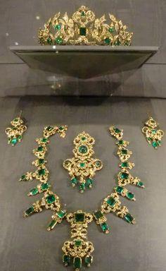 Emerald parure.-prováveis jóias de se usar em côrtes reais