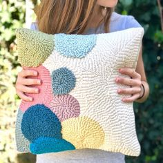 ok gzel olmu sanrm buna pan ii diyorlar . Cute Pillows, Throw Pillows, Bolster Pillow, Hand Embroidery, Embroidery Patterns, Punch Needle Patterns, Rug Hooking, Craft Punches, Weaving