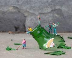"""""""Little People"""", street art by Slinkachu Macro Fotografie, Little People Big World, Photo Lovers, Miniature Calendar, Miniature Photography, Photography Series, Street Photography, Tiny World, Galleries In London"""