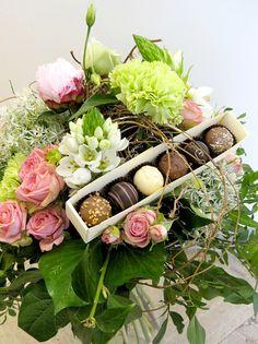 Der Klassiker unter den Geschenken zum Muttertag sind ein Blumenstrauß und Pralinen >> Blumenstrauß mit Pralinen