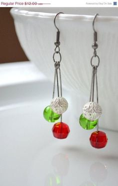 Christmas Earrings Red Green and Silver Long by GlassPoppies - Christmas Jewelry Wire Jewelry, Jewelry Crafts, Beaded Jewelry, Jewelery, Jewelry Ideas, Diamond Jewelry, Holiday Jewelry, Homemade Jewelry, Bijoux Diy