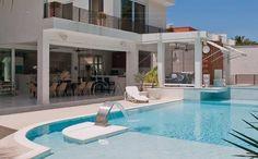 Piscina com projeto de arquitetura, design de interiores, cascata, prainha, pra uma tarde de sol!