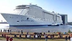 """Das Kreuzfahrtschiff """"Quantum of the Seas"""" steht vor der Dockhalle der Meyer Werft in Papenburg."""