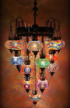 ¡Increíble araña-candelabro de mosaiquitos de vidrio!  <--------- I have no idea what this means, but I want this chandelier.