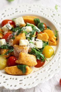 Penne im Topf: Süßkartoffel-Gnocchi mit Rucola und Käse-Sauce
