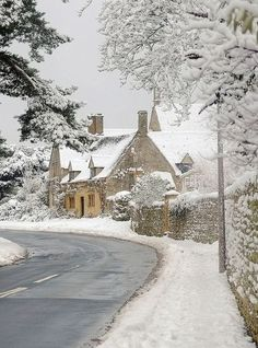 Doesn't it look like Bathilda Bagshot's house in Deathly Hallows! Cotswolds in the snow by Andrew LockieDoesn't it look like Bathilda Bagshot's house in Deathly Hallows! Cotswolds in the snow by Andrew Lockie Winter Szenen, I Love Winter, Winter Magic, Winter Christmas, Christmas Bread, English Christmas, Christmas Travel, Merry Christmas, Foto Picture