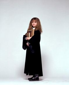 A gallery of Harry Potter and the Sorcerer's Stone publicity stills and other photos. Featuring Daniel Radcliffe, Rupert Grint, Emma Watson, Maggie Smith and others. First Harry Potter, Harry Potter Wizard, Harry Potter Pictures, Harry Potter Characters, Hermione Granger, Ron Y Hermione, Emma Watson, Hogwarts, Harry Porter