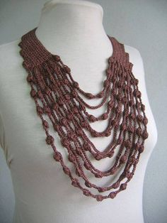 Maxi collar - crochet necklace - free diagram & pattern (portug) Crochet Collar or scarf fashion accessory made with chain lengths and puff-like stitches!
