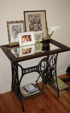 Vintage Sewing Neat re-purposed sewing machine table.:) - Small tables created with vintage sewing machines look spectacular and surprising Sewing Machine Tables, Treadle Sewing Machines, Antique Sewing Machines, Sewing Tables, Vintage Sewing Table, Diy Vintage, Vintage Shabby Chic, Vintage Ideas, Vintage Decor