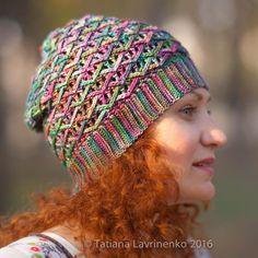 """Сидит вот так) позже покажу из Риоса там получилась макушка модной нынче """"пипкой"""") ох каких только мод не было на моем веку))) #вязание#вязанаяшапка#малабриго#мои_инструкции#crochet#instacrochet#crochethat#вязаниекрючком by tatianalavrinenko"""