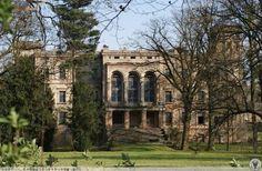 Pałac w Mrowinach powstał w drugiej połowie XVI wieku z inicjatywy rodu von Adelsbach. Obecnie budynek znajduje się w rękach prywatnych, jednak jest bardzo zaniedbany. Castle House, Manor Houses, Chateaus, Palaces, Scotland, England, Europe, Gardens, Interiors