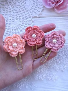 How to Crochet small Flower Tutorial Crochet Small Flower, Crochet Flower Patterns, Crochet Stitches Patterns, Crochet Flowers, Diy Y Manualidades, Cute Planner, Crochet Bookmarks, Crochet Bunny, Ornament Crafts