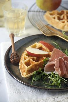 Goat Cheese Waffle with Apple & Honey Food N, Good Food, Food And Drink, Yummy Food, Lunch Snacks, Bon Ap, Buffet, Savory Waffles, Finger Foods