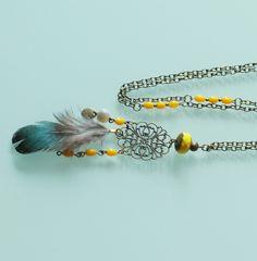 Sautoir style indien moutarde, bronze et nacre à breloques et plume : Collier par majela-bijoux