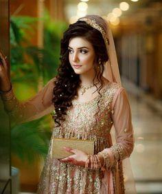 Mascara is very important thing in doing makeup . Mascara enhance the beauty our eyes lashes. Walima Dress, Pakistani Formal Dresses, Pakistani Wedding Outfits, Pakistani Wedding Dresses, Bridal Makeup Looks, Bridal Looks, Bridal Style, Pakistan Bride, Bridal Photoshoot