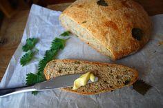 Das Backfieber hat mich gepackt. Ich habe mit dem Kräuterbrötchen-Rezept experimentiert. Am Wochenende ist dabei ein knuspriges Brennnessel-Brot entstanden.    Rezept: 300g Weizenmehl 300g Dinkelvollkornmehl 1/2 Würfel Hefe in 150 ml warmen Wasser auflösen und mit etwas Zucker anfüttern ca. 340 ml warmes Wasser 3 EL Olivenöl, 1 TL Salz 1 Tasse frische, klein geschnittene Brennnessel 1 TL Rosmarin (mein allerliebstes Brotgewürz)  Mein Tipp: frische Brennnessel mit einem Nudelholz walken…