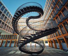 Voici l'un des escaliers les plus extraordinaire de ce monde. Cette structure en acier est une réalisation d'Olafur Eliasson. Une œuvre d'art qui porte le nom d'Umschreibung (réécriture).