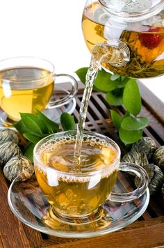 Participants drinking White Tea for 10 weeks lost about 10% of their waist size. Dr Oz advised drinking two cups throughout the day. Drinking hot is the best way to get results.  Oolong Tea can fuel the metabolism, and was found in one study to melt an inch off the waist, lose five pounds, and go down a dress size.  Try drinking four cups of Oolong Tea per day, with each meal.