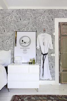 Makuuhuoneessa Cole & Sonsin Malachite-tapetti haastaa vanhan oven. Daniel Paulin näyttelyjuliste on kehystetty tauluksi.