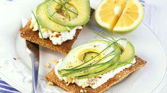 Power-Snack! Avocado mit Hüttenkäse auf Knäckebrot | http://eatsmarter.de/rezepte/avocado-mit-huettenkaese-auf-knaeckebrot