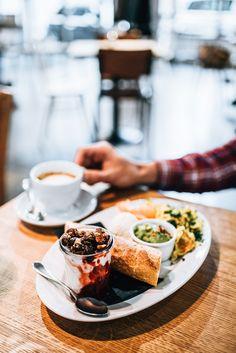 Frühstück  Brunch: Unsere liebsten Hipster-Cafés in Wien - Sommertage Hipster Cafe, Brunch, Cafe Food, Coffee Shop, Cheesecake, Dining, Ethnic Recipes, Desserts, Austria
