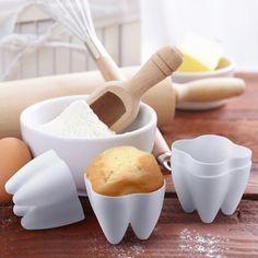 Y moldes en forma de dientes para cuando estés horneando cupcakes para tu odontólogo.   27 Regalos que son perfectos para todos los amantes de los dulces