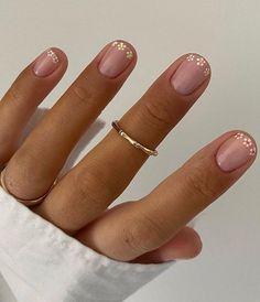 Short Nail Manicure, Manicure Y Pedicure, Short Gel Nails, Daisy Nails, Flower Nails, Daisy Nail Art, Minimalist Nails, Chic Nails, Stylish Nails