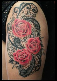 magnique tatouage rose fleur sur dentelle à la hanche femme