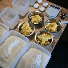 """Desde la primera vez que dijimos -vamos a hacer pan- lo pensamos en que fuese mesurable y repetitivo. Hablo de ello en el primer #post en @gastronomiaenvzla titulado """"Fórmula panadera: el secreto más público de la panadería"""". Link en la Bio.  BTW: esta es la última foto de un #miseenplace con levadura industrial en pasta. Por mayo del 2015 en el #LabPanComido  _____ #PanComido #artisanbread #panartesanal #blog"""