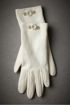 guanti sposa | bridal gloves | Winter bride look |  look sposa invernale | Baby, It's cold outside! http://theproposalwedding.blogspot.it/ #winter #bride #look #cold #freddo #inverno #sposa