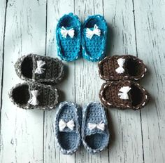 Baby Crochet Loafer Booties Create these very cute baby loafers! So adorable and easy to make, you will want to make a pair in ever color! Such cute detail! This pattern uses medium worsted weight… All Free Crochet, Cute Crochet, Crochet Hooks, Crochet Baby, Crotchet, Half Double Crochet, Single Crochet, Very Cute Baby, Crochet Poncho Patterns