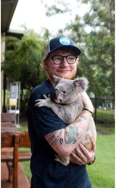 That koala bear is so lucky it gets to bear hug Teddykins while it is buttass naked! Imah bear hug Teddykins buttass naked while he holds me in his arms. Eh Sheeran, Ed Sheeran Love, Ed Sheeran Lyrics, 5sos Lyrics, Ed Sheeran Brasil, Ed Sheeran Tattoo, Edward Christopher Sheeran, Famous Singers, Celebs