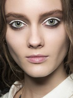 John Galliano s/s 2013 Eyeliner Brands, White Eyeshadow, Simple Eyeliner, White Wings, Winged Liner, Makeup Inspiration, Beauty Makeup, Make Up, Cosmetics