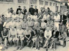 Groupe de femmes tondues dans la cour du quartier Galbert lors de la libération d'Annecy en août 1944.